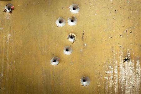 disparo: tiro, tiro en la calle, tierra, armas, tiro, conchas en el suelo, las balas en la mesa, tiro, tiros a puerta, blanco, bala, metralla, la pólvora, humo, ruido fuerte, Foto de archivo