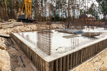 Design of reinforcement cage of reinforcement for concrete frame house, brick house, formwork for concrete pouring, construction site, working crane, construction of houses