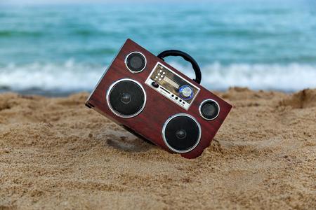 grabadora: En el fondo de las ondas de radio del registrador de lavar la orilla, grabadora de radio en la arena