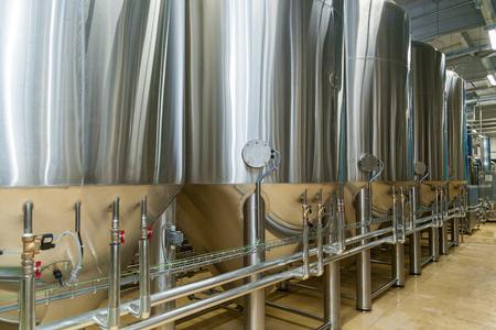 Ausrüstung für Bierherstellung, Privatbrauerei, moderne große Stahlfässer in Weinkellerei, Lebensmittelindustrie
