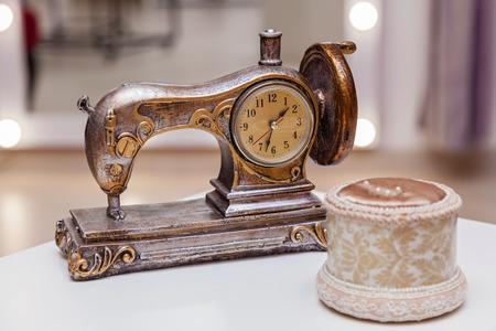 Máquina de costura decorativa, esboços de roupas e outras oficinas de costura otributy. várias ferramentas na oficina de costura Foto de archivo - 91914194