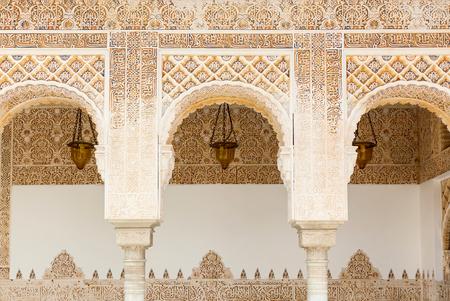 アルハンブラ、グラナダ、スペインのイスラムムーア様式のアーチ