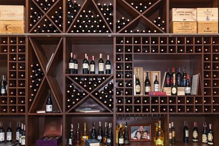 Ukraine Kiew, 25. Januar 2018: Die Flaschen der Ader werden in den Regalen ausgelegt. Flaschen Wein in den Regalen. Editorial