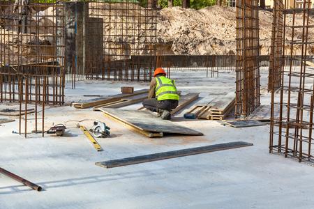 Bemessung des Bewehrungskäfigs für Betonrahmenhaus, Backsteinhaus, Betonschalung, Baustelle, Arbeitskran, Häuserbau Standard-Bild - 96841357