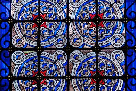 Un hermoso vitral en la ventana con vidrio multicolor en una iglesia, Lviv.