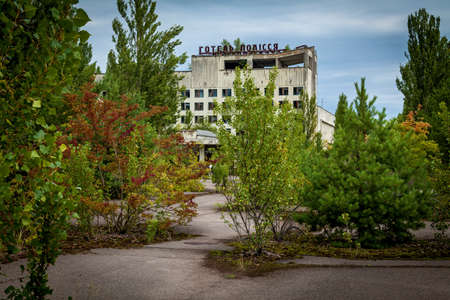 Ukraine Pripyat August 11, 2019: Abandoned building in the city of Pripyat, ghost town of the Chernobyl nuclear power plant affected by the nuclear disaster in 1986, Chernobyl Exclusion Zone, Ukraine. 新聞圖片
