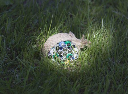 farme: Batterie avvolto una corda sul prato in un raggio di sole luminoso.