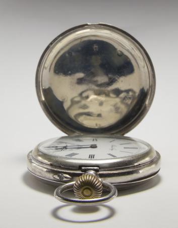 numeros romanos: Relojes antiguos hechos de metal de plata con números romanos negros sobre un fondo blanco.