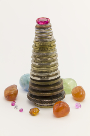 vermeil: Column of coins with rubies in the form of a Christmas tree on a white background. Around the tree are other jewels.