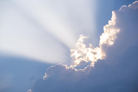 sol radiante: rayo de sol entre las nubes de la tarde