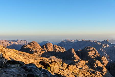 monte sinai: Egipto, Sina�, Monte de Mois�s. Vista desde la carretera en la que los peregrinos suben la monta�a de Mois�s y el amanecer Foto de archivo