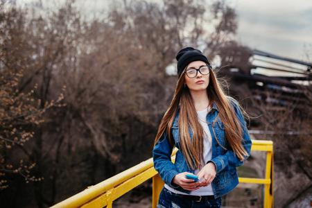 swag: Retrato al aire libre de estilo de vida de la moda de muy joven, que llevaba en el fondo urbano de estilo grunge bot�n inconformista.