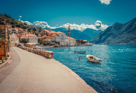 Puerto y barcos en la bahía de Boka Kotor (Boka Kotorska), Montenegro, Europa.
