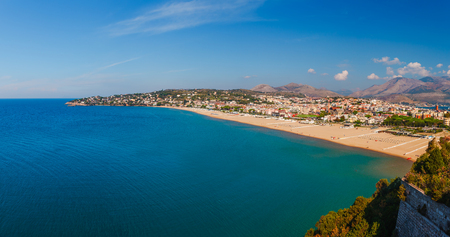 Panoramisch zeelandschap met Gaeta, Lazio, Italië. Schilderachtige historische stad met oude gebouwen, oude kerken, mooi zandstrand en helderblauw water. Beroemde toeristische bestemming in Riviera de Ulisse
