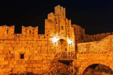Nachtfoto der alten Straße der Ritter in Rhodos-Stadt auf der Insel Rhodos, Dodekanes, Griechenland. Steinwände und helle Nachtlichter. Berühmtes Reiseziel in Südeuropa