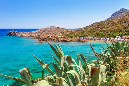 Sea skyview Landschaftsfoto Ladiko Bucht nahe Anthony Quinn Bucht auf der Insel Rhodos, Dodekanes, Griechenland. Panorama mit schönem Sandstrand und klarem blauem Wasser. Berühmtes Reiseziel in Südeuropa