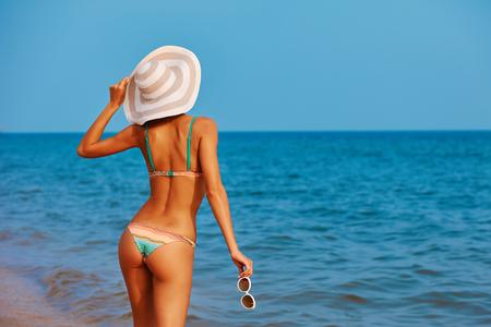 Sexy schöne Frau an der Meeresküste