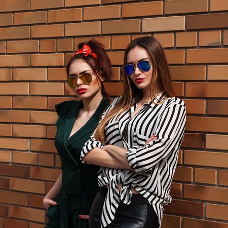 Belle donne di moda in posa. Ritratto urbano di stile di vita alla moda sullo sfondo della città.