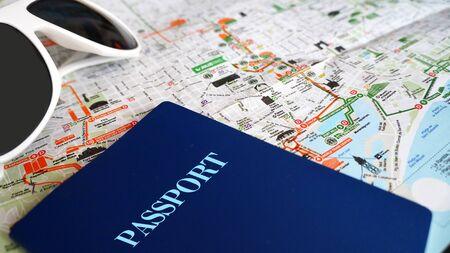 Viaje Mapa, pasaporte y gafas de sol