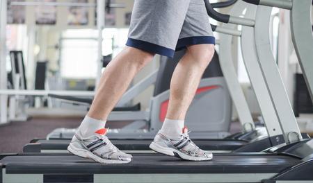 체육관에서 디딜 방아에 근육질 남성 다리