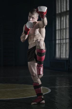 Jeune homme athlétique avec des gants de boxe et une crémaillère Banque d'images - 40504655