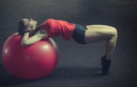 Jonge, mooie, sport meisje doet oefeningen op een fitball in de sportschool. Toning. Stockfoto - 42138474