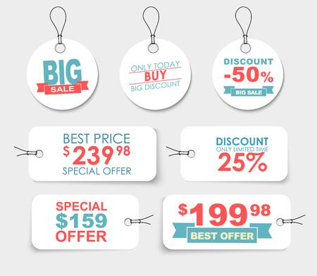 Set di etichette bianche (tag, cartellini dei prezzi) di diverse forme con elementi di design differente, nastri, stelle e testo. Illustrazione vettoriale