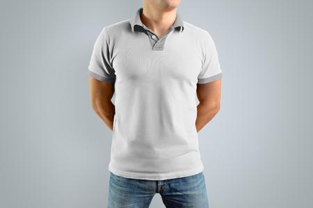 Dünner Mann im weißen Polohemd und in den Blue Jeans lokalisiert auf dem grauen Hintergrund, Vorderansicht. Modell für Ihr Grafikdesign. Standard-Bild - 95526282