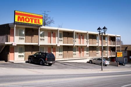 Typische amerikanische billiges Motel mit Parkplatz und separate Räume. Gedreht in Niagara Falls, Ontario, Kanada. Standard-Bild - 12412210