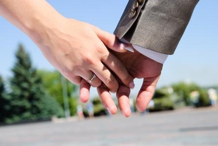 wedding bands: la mano de la novia con una boda bandas de mano del novio