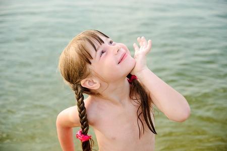 sunbath: Meisje met pigtails op het strand Stockfoto