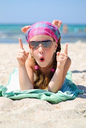 Happy little Girl Sonnenbrillen am Strand