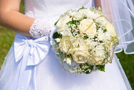 Brautstrauß in der Hand der Braut