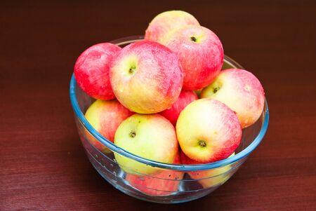 Schale mit Äpfeln gefüllt