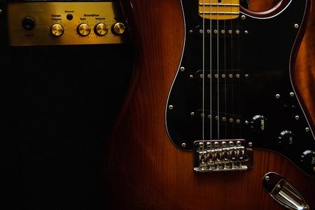 E-Gitarre und Verstärker auf dem Hintergrund
