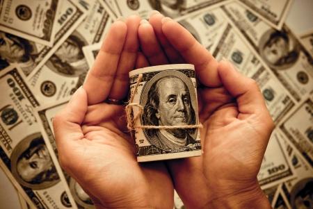 Die Rolle der US-Federal Reserve Notes $ 100 in die Hände einer Frau. Old style Foto.