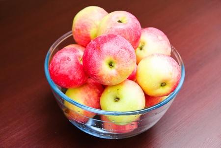 Glasschale mit saftigen Äpfeln gefüllt