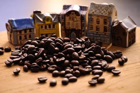 Nahaufnahme von gerösteten Kaffeebohnen. Und dekorative Haus. Lizenzfreie Bilder