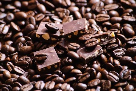 Close-up von gerösteten Kaffeebohnen und Stücke von Schokolade