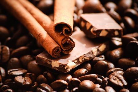 Close-up von gerösteten Kaffeebohnen und Stücke von Schokolade und Zimt