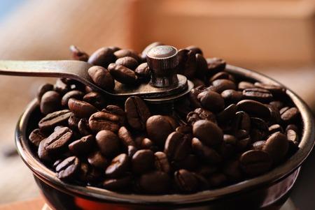 Close-up gerösteten Kaffeebohnen. Vollständige Kasten. Lizenzfreie Bilder