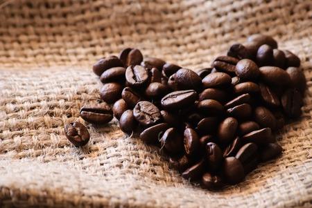 Nahaufnahme von gerösteten Kaffeebohnen. Herzförmig.