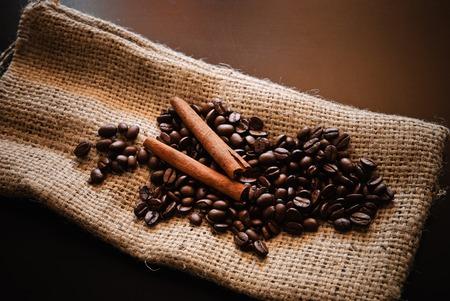 Close-up von gerösteten Kaffeebohnen und Stücke von Zimt
