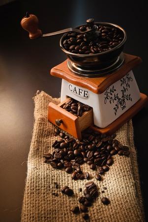 Bild von gerösteten Kaffeebohnen. Volle Schachtel.