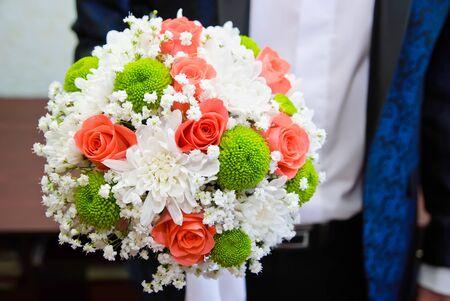 Brautstrauss in der Hand des Bräutigams Lizenzfreie Bilder