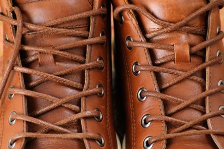 Braune Sportschuhe mit Schnürsenkel. Nahaufnahme. Lizenzfreie Bilder