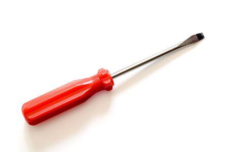 Günstige Schraubendreher mit rotem Griff auf einem weißen Hintergrund isoliert. Mit Beschneidungspfad.