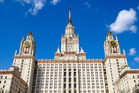 Blick auf Moskauer Universität nach Lomonosov gegen den blauen Himmel benannt Editorial