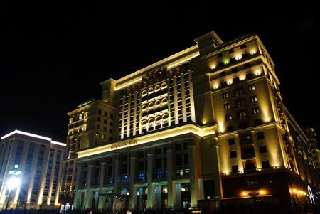 MOSKAU, RUSSLAND APRIL 30, 2017: Four Seasons Hotel Moskau in der Nacht. Das Four Seasons Hotel Moskau ist ein modernes Luxushotel, das am 30. Oktober 2014 eröffnet wurde, mit einer Fassade, die das historische Hotel Moskva repliziert. Editorial