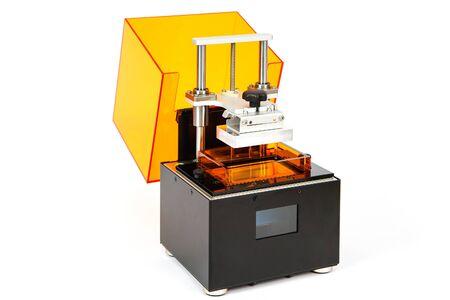 Kleine Hause 3D-Drucker auf einem weißen Hintergrund. Studioaufnahme Lizenzfreie Bilder